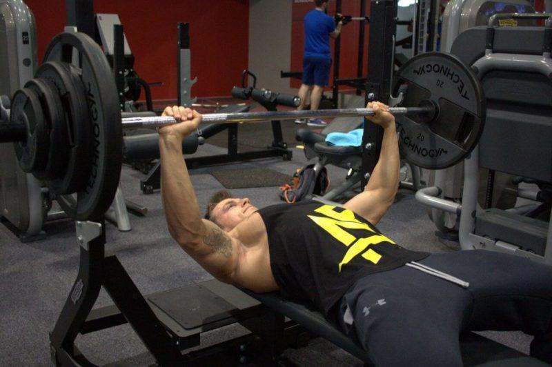 ベンチプレスで100kg以上を挙上する男性