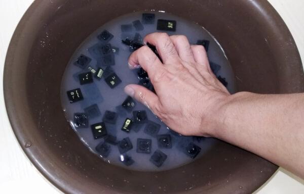 外したキーボードパーツを重曹で揉み洗い